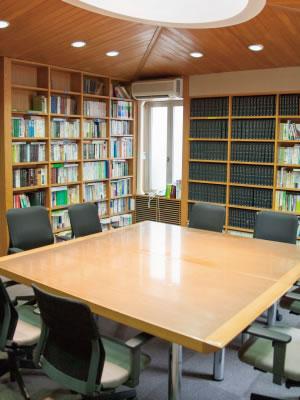 ●会議室の様子。関係者多数が集まるケー スにも対応できます。